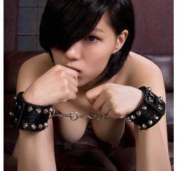 БДСМ наручники с шипами